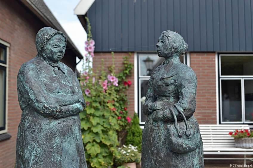 Het standbeeld van de vissersvrouwen in Oosterend op Texel