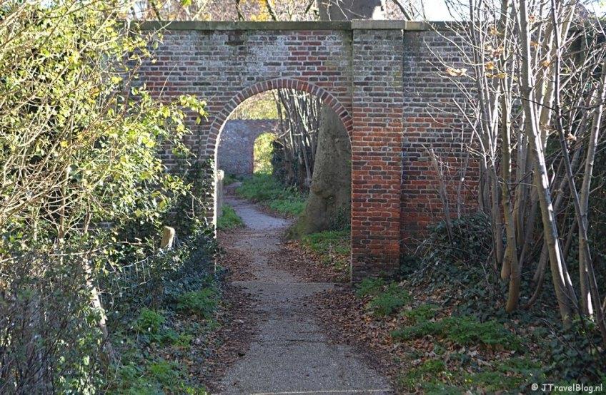 De twee stenen poorten op Buitenplaats De Overplaats in Heemstede