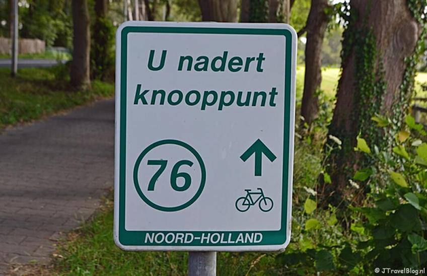 U nadert knooppunt 76 op de Vogelenzangseweg in Vogelenzang tijdens het fietsen van de Manpadroute