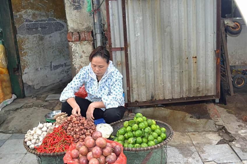 Op straat tijdens de riksjatour door Hanoi
