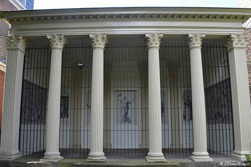 Vredestempel in het Prinsenhof tijdens de Vrijheidswandeling in Haarlem