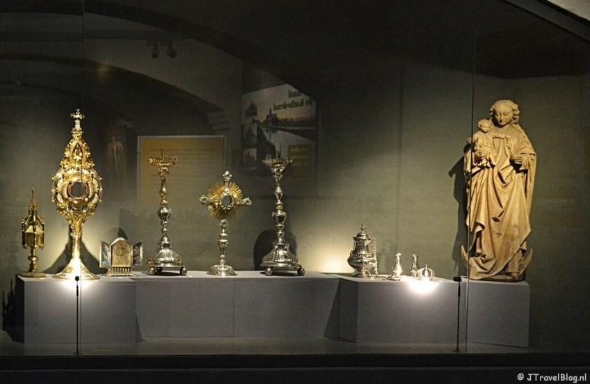 Het zilverwerk in het KathedraalMuseum van de Koepelkathedraal in Haarlem