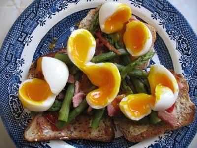 Asparagus with guinea fowl eggs