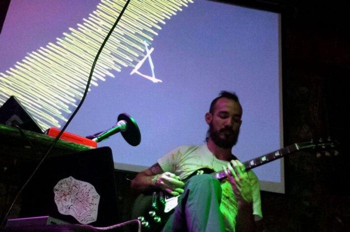 dada en el Cafe Bizarro   Arrancando la guitarra de Otoño by Oswaldo V.