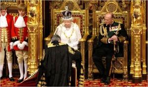 El Lord Chancellor entrega el discurso a La Reina