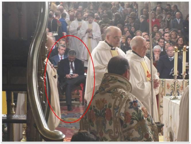 """Blanco """"tuiteando"""" en una ceremonia religiosa."""