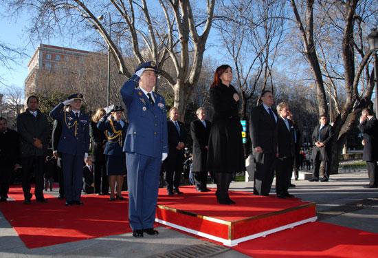 CFK escucha el Himno Nacional en la Plaza de la Lealtad