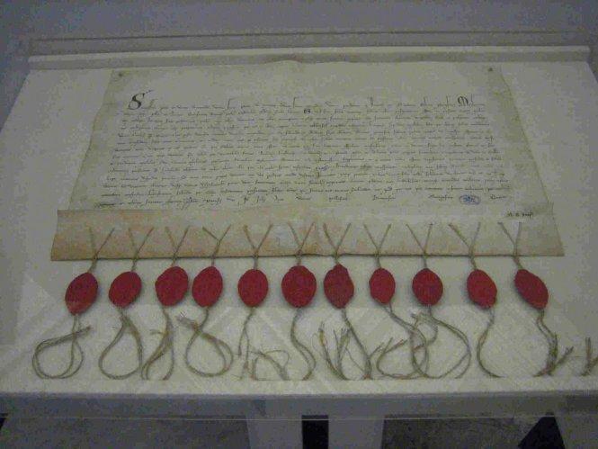 Esta es la carta enviada por los cardenales electores del cónclave 1292-1294 para que el piadoso ermitaño Pietro di Murrone se convertirse en Papa. Aceptó y como Celestine V, fue el primero en renunciar a su cargo. Aparentemente, lo hizo por el bien de su alma, aunque existe cierta evidencia de que sufrió grandes presiones por parte de algunos cardenales sin escrúpulos.