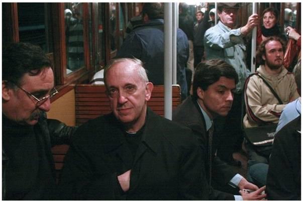 El Cardenal Bergoglio viajaba en transporte público