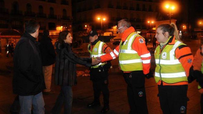 La Alcaldesa de Madrid saluda a personal de emergencias de la ciudad.