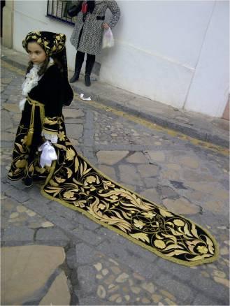 La cola de una campanillera es, como toda su indumentaria, de terciopelo negro bordado en hilo de oro