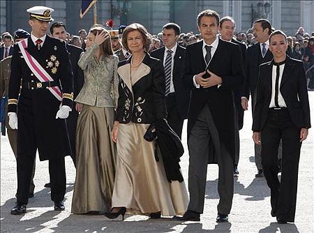 La que fuera Ministra de Defensa Carme Chacón rompió el protocolo al vestir de una forma desconsiderada. Su estrategia fue atraer toda la atención...y lo consiguió.