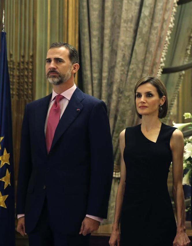 Los Reyes escuchan con respeto la interpretación del Himno Nacional de Francia.
