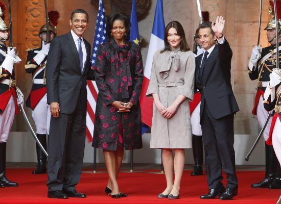 """Sarkozy se pone de puntillas para """"estar a la altura"""" de su esposa."""