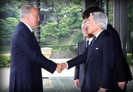 Presidente Kazako estrecha la mano del Emperador