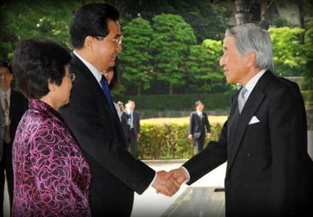 Chinos y Japoneses son enemigos tardicionales. Sin embargo la cortesía y los modales imperan en su actuaciones públicas.