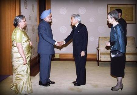 El Primer Ministro Indio estrecha la mano de Akihito