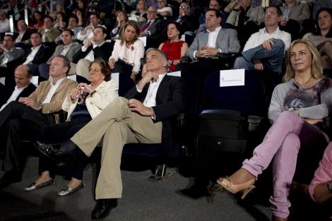 Cuando Rita Barberá no ocupa el asiento que tiene asignado es porque no quiere verse asociada a una determinada persona. En este caso no se ha ocurrido a sentar a alguien en su lugar sino que de forma premeditada se deja el asiento vacío lo que arranca titulares en los periódicos.