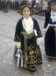 Una campanillera con vestido bordado en oro