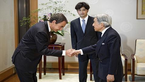 Zapatero se inclina frente a Akihito. A muchos nos hubiera gustado observar esa misma inclinación ante S.M. El Rey de España