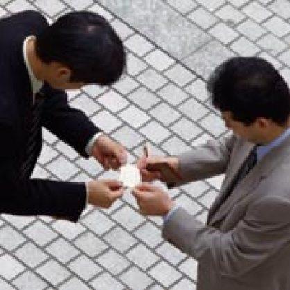Ceremonial de intercambio de tarjetas.