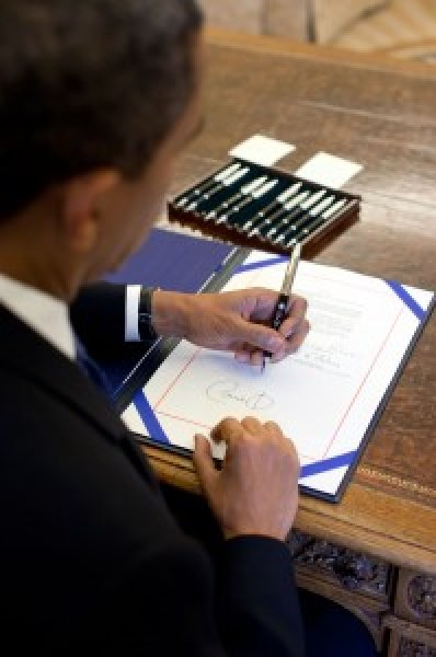 Obama firma una Ley