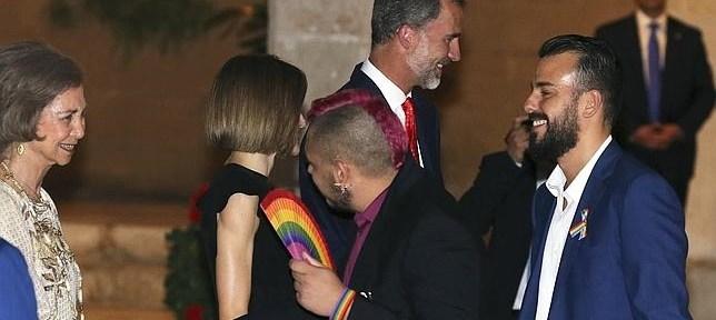 Jan saluda abanicándose a Doña Sofia. Una fotografía buscada por la Casa de S.M. El Rey y deseada por el colectivo de homosexuales.