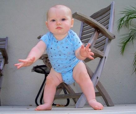 Niño pequeño de pie