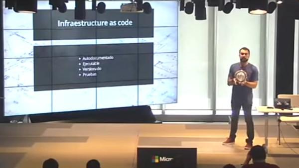 Juanje Ojeda dando una charla sobre DevOps