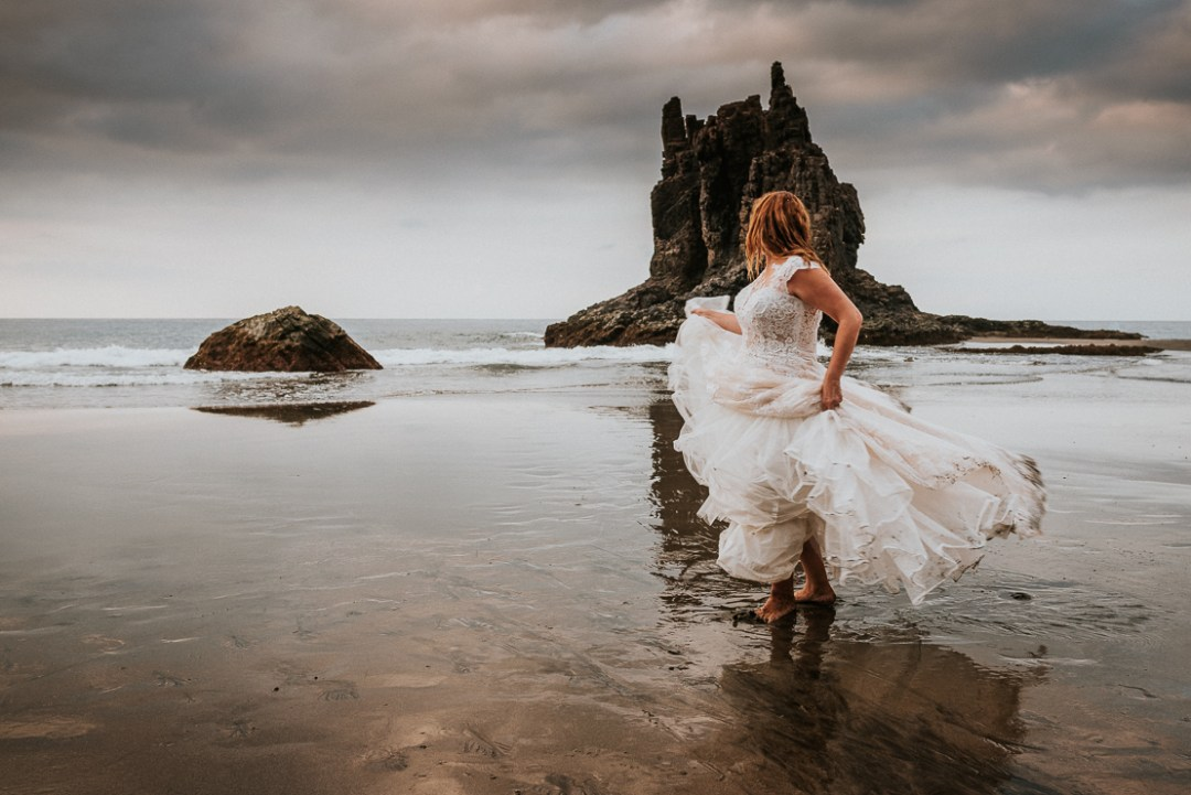 Postboda en Tenerife, trashthedress, sesion postboda, Juanjo Velazquez Fotografo. fotografo de bodas en Tenerife, vestido de novia, Trash the dress, wedding photographer in Canary islands, postwedding in Tenerife, wedding photographer in Tenerife, wedding dress.