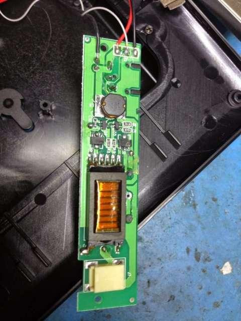 fuente de alimentación de un marco digital averiado en reparación