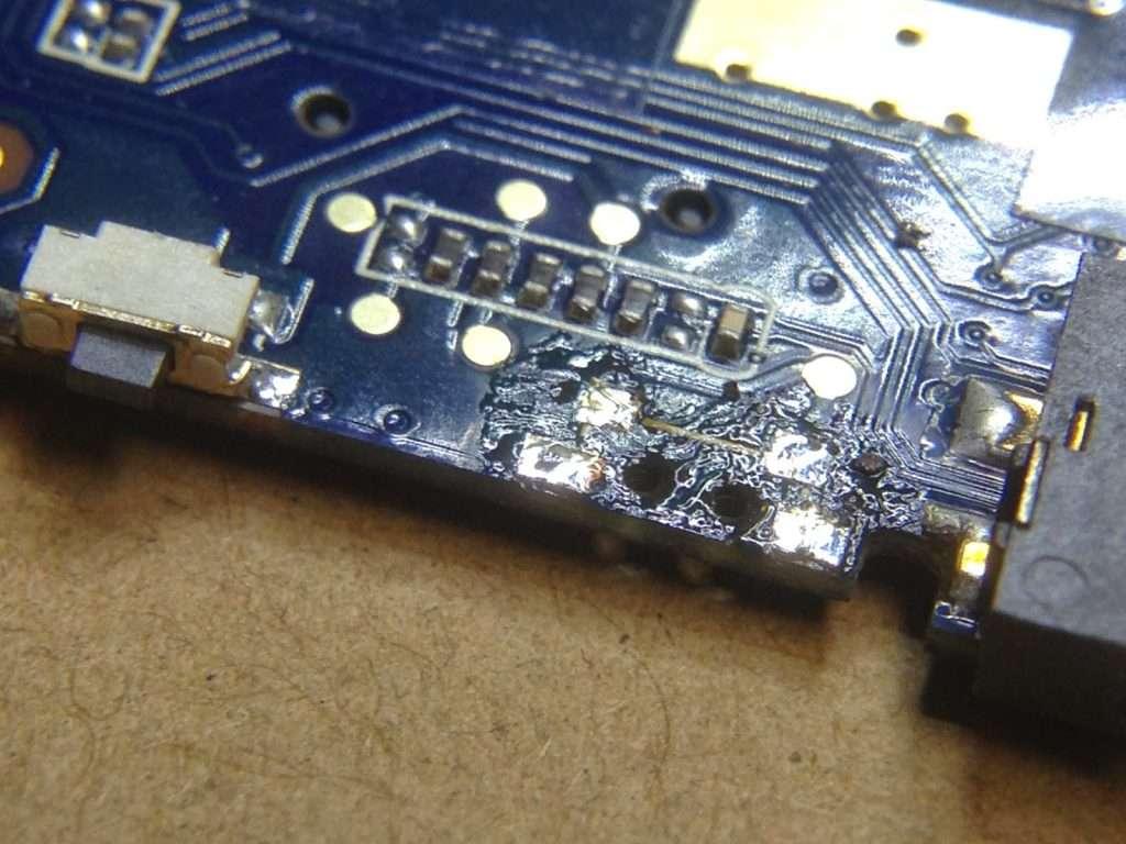 Placa base de una tablet barata china en reparación, sin interruptor de power