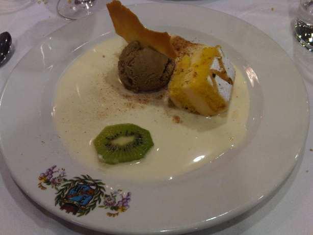 """Nuestra """"Tarta de Segovia"""" con helado de turrón y crema de vainilla"""