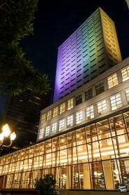 Biblioteca Mário de Andrade - Fachada e Corredor de Vidro iluminados a noite - Fotografia: Juca Lopes