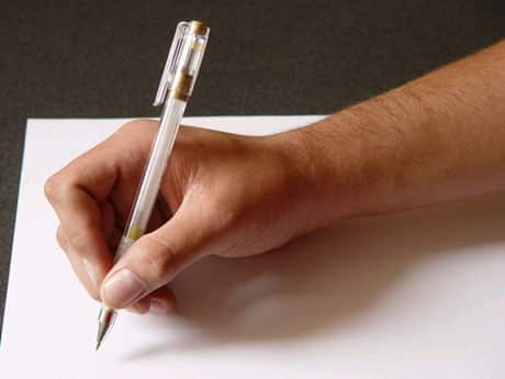 Bras remplissant un formulaire.
