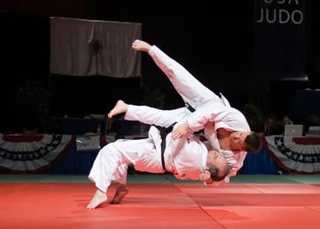 Projection entre judokas.
