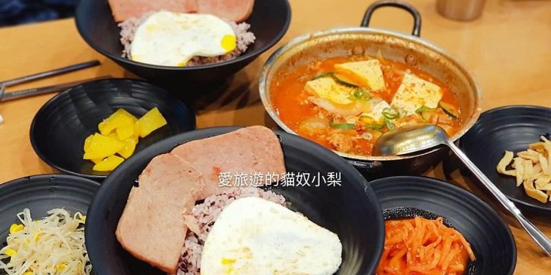弘大美食\飯匠人豬肉鍋,是一個人美食餐廳!套餐有豆腐豬肉鍋、愛心蛋飯、火腿片,好好吃啊!