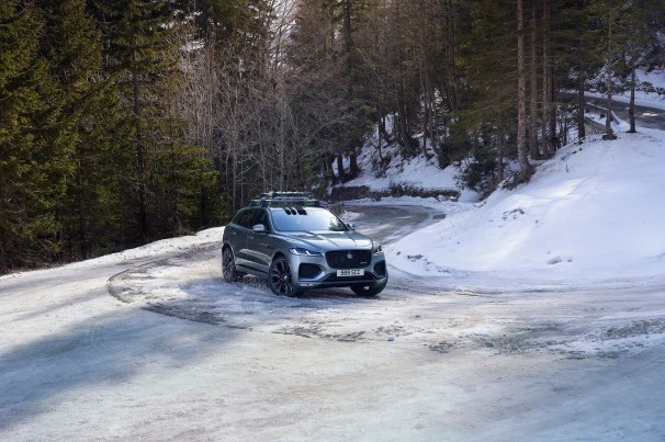 Jag_F-PACE_21MY_Location_Driving_150920_SI_009_GLHD