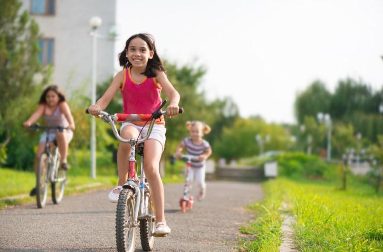 Pak je fiets en ga naar buiten