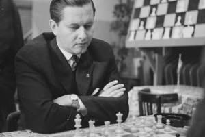 Paul Keres mirando abajo pensando jugando al ajedrez