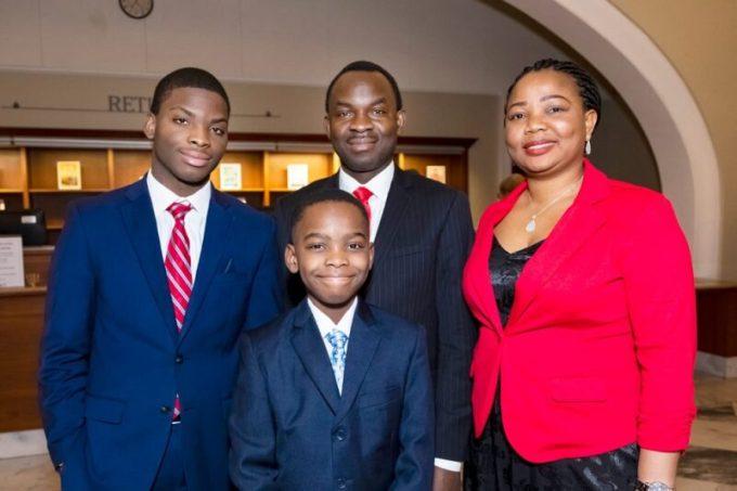 Tani posa para una foto junto con su hermano, Adesina Austin, y sus padres, Kayode y Oluwatoyin Adewumi. -Foto de Harper Collins