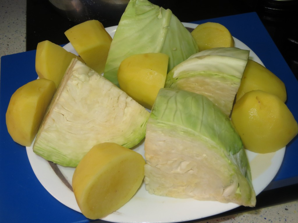 col y patatas cortadas