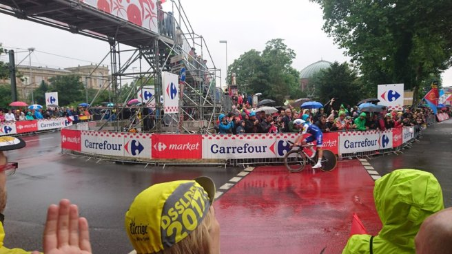 Die Tour de France vorne rechts an der Straße