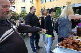 Rainer Andres, Chef des Der Bürger- und Verkehrsverein Essen-Altstadt, beim Grillen.