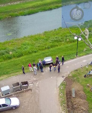 U centru Lebana automobil umalo završio u reci