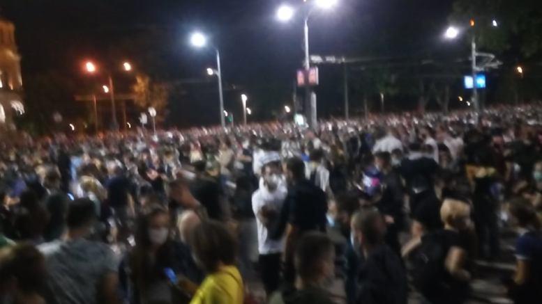 Policija rasterala demonstrante suzavcima i oklopnim vozilima iz centra Beograda