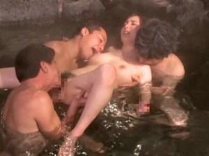 【冴島かおり】無節操な淫乱妻の乱交温泉旅行!肌蹴た浴衣のフリーま●こにズブズブ他人棒挿入!