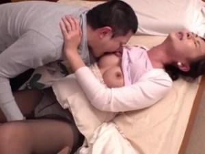 嫁がヤラせてくれないので…五十路母を夜這い! ★  愛おしそうに息子チンポを膣穴に挿入して、イッちゃう熟女母、、、