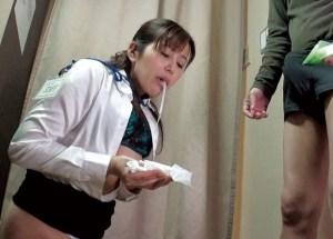 #小型カメラ #盗撮 #熟女店員 試着室で勃起チ●ポをガン見!拒否りながら、恥じらいながら濃厚なフェラチオしちゃう密室エロ