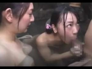【母娘3P】混浴露天風呂で勃起ち●ぽに発情!『あぁぁ、ママぁ~気持ちいいよぉ~』母親に見つめながら立ちバックで突かれるウブっ娘